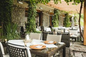 A restaurant or other place to eat at Aktiv & Spa Hotel Alpenrose