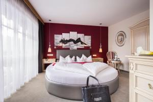 A bed or beds in a room at ... mein romantisches Hotel Toalstock