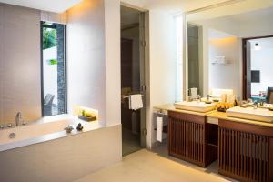 A bathroom at Sunrise Premium Resort & Spa Hoi An