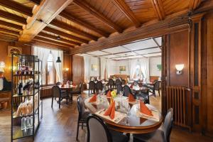 Ein Restaurant oder anderes Speiselokal in der Unterkunft Hôtel de l'Aigle