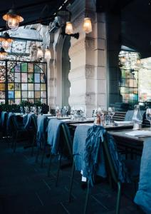 Un restaurante o sitio para comer en Elite Hotel Stockholm Plaza