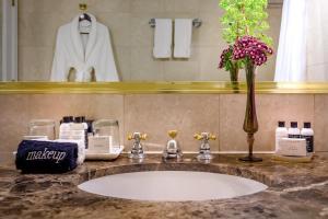 A bathroom at Avalon Hotel