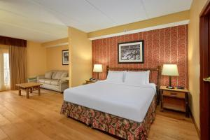 A bed or beds in a room at Bearskin Lodge on the River