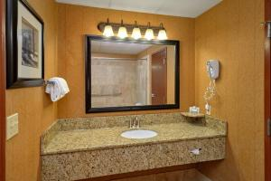A bathroom at Bearskin Lodge on the River