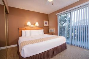 A bed or beds in a room at Legacy Vacation Resorts Steamboat Springs Suites