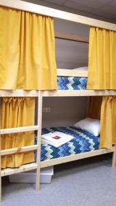 Двухъярусная кровать или двухъярусные кровати в номере Хостелы Рус -Новосибирск