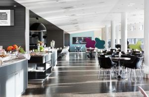 Restaurant ou autre lieu de restauration dans l'établissement Comfort Hotel RunWay