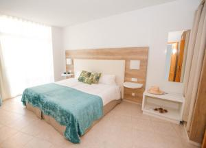 A bed or beds in a room at Gara Suites Golf & Spa