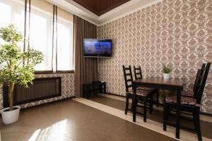 Телевизор и/или развлекательный центр в Apartment at Belinskogo 15