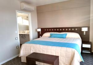 A bed or beds in a room at Days Inn & Suites by Wyndham La Plata