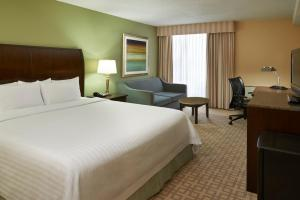 A bed or beds in a room at Hotel Carlingview Toronto Airport