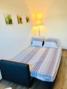 A bed or beds in a room at Joli studio proche plage, vieux port & Palais Pharo