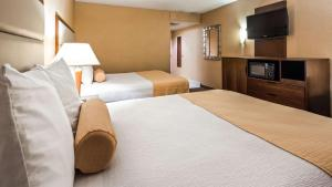 A bed or beds in a room at Tempe by the Mall Phoenix Airport Hotel