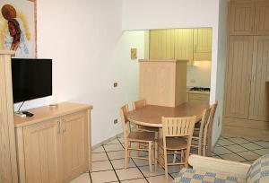 Una televisión o centro de entretenimiento en Residence Porto Mannu