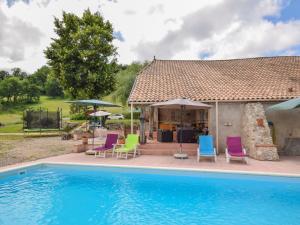 Het zwembad bij of vlak bij Stylish holiday home in Castelmoron-sur-Lot with Garden