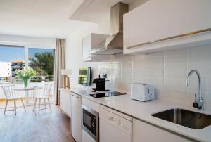 Cuisine ou kitchenette dans l'établissement Aparthotel Pierre & Vacances Mallorca Cecilia