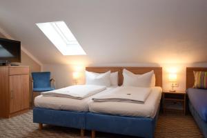 Ein Bett oder Betten in einem Zimmer der Unterkunft Hotel Hecht Garni