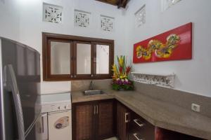 A kitchen or kitchenette at Villa Kamboja Senior