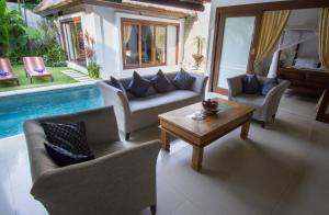 A seating area at Villa Kamboja Senior