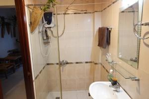 Salle de bains dans l'établissement Nguyen Shack - Saigon Tea Coffee & Spirit Collection