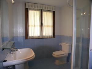 Un baño de Apartamentos Puente La Molina