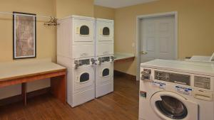 A kitchen or kitchenette at TownePlace Suites by Marriott Orlando East/UCF Area