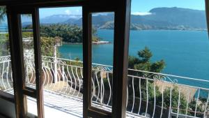 A balcony or terrace at Chalés Bocaina