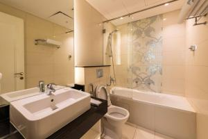 A bathroom at Blue Ocean Holiday Homes - Capital Bay Towers