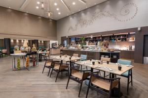 Um restaurante ou outro lugar para comer em Radisson Blu Hotel, Jeddah Corniche