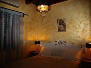 Ένα ή περισσότερα κρεβάτια σε δωμάτιο στο Palazzo Loupassi Boutique Villas