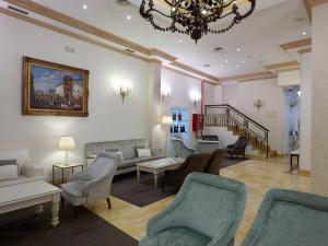 A seating area at Hotel Maestranza