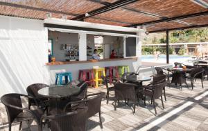 El salón o zona de bar de Hotel Salobreña Suites