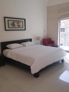 سرير أو أسرّة في غرفة في المؤيد سويتس