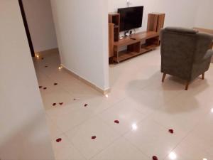 Uma TV ou centro de entretenimento em Al Masah Al Thahabia