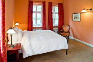 A bed or beds in a room at Romantik Hotel Gutshaus Ludorf
