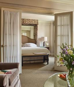 Кровать или кровати в номере The Eliot Suite Hotel
