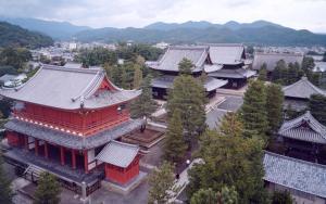 Een luchtfoto van Hanazono Kaikan