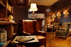A seating area at Monbijou Hotel
