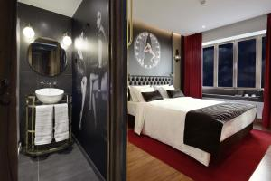 A bed or beds in a room at Maxime Hotel Lisbon