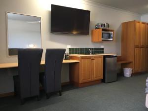 Una televisión o centro de entretenimiento en Cannon Park Motel