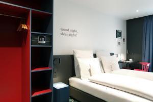 Een bed of bedden in een kamer bij Sander Hotel