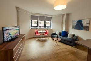 A seating area at PREMIER SUITES PLUS Glasgow Bath Street