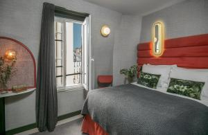A bed or beds in a room at La Planque Hotel