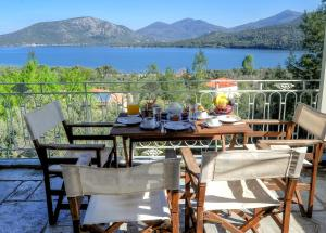 A restaurant or other place to eat at Gera's Olive Grove - Elaionas tis Geras