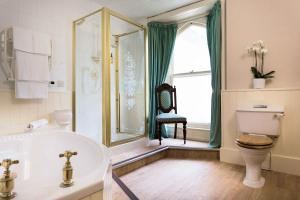 A bathroom at Penmorvah Manor Hotel