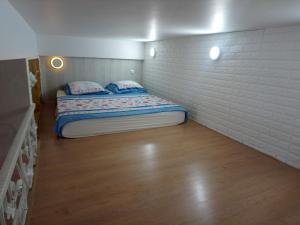 Кровать или кровати в номере Dvukhurovnevaia kvartira