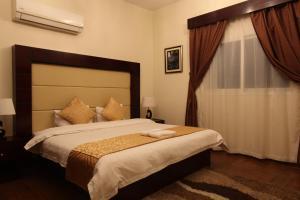 Cama ou camas em um quarto em Taleen AlSulaimanyah hotel apartments