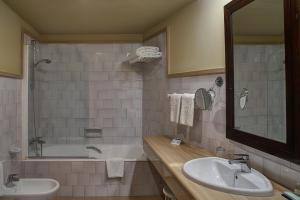 A bathroom at Parador de Ubeda