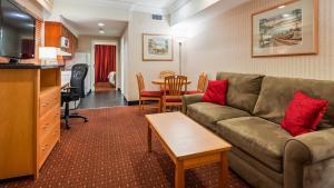 A seating area at Best Western Plus Kelowna Hotel & Suites