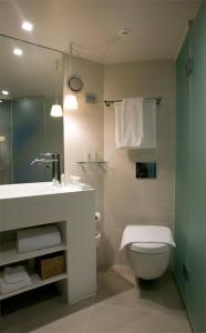 A bathroom at Hotel Brosundet